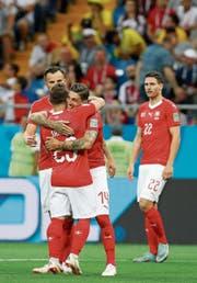Steven Zuber (Mitte) umarmt nach seinem Tor Xherdan Shaqiri. (Bild: Darko Vojinovic/AP Photo (Rostow, 17. Juni 2018)