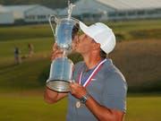 Brooks Koepka geniesst seine Glückseligkeit am US Open in New York (Bild: KEYSTONE/AP/CAROLYN KASTER)