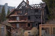 Das Anfang März ausgebrannte Mehrfamilienhaus in der Schochenmühle will der Stadtrat durch einen Neubau ersetzen lassen. (Bild: Stefan Kaiser (6. März 2018))