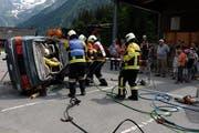 Spektakuläre Rettungsübung: Die Feuerwehr Engelberg bergt einen verletzten Automobilisten aus seinem Fahrzeug. Dabei wird das Dach weggeschnitten. (Bild: Richard Greuter; Engelberg, 16. Juni 2018)