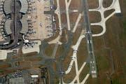 Luftaufnahme des Grossflughafens Roissy-Charles de Gaulle in Paris.Bild: Getty (Paris, 12. August 2009)