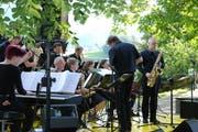 Lasse Ammann (rechts) spielte das Saxofon neben Michael von Niederhäusern, der am Samstagabend das Konzert leitete. (Bild: Emilie Jörgensen)