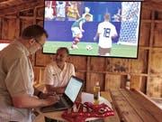Sport-Kommentator Dani Wyler (rechts) und Redaktor Simon Dudle in der Fussballhütte in Oberbüren. (Bild: Tagblatt)