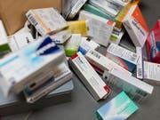 Nicht die Preise treiben die Krankenkassenprämiem hoch, sondern der Mehrkonsum von medizinischen Leistungen und Medikamenten. (Bild: KEYSTONE/GAETAN BALLY)