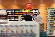 Der HIV-Selbsttest soll in Apotheken und Drogerien mit einer Beratung erhältlich sein. (Themenbild: Gaetan Bally/Keystone)