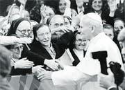 Papst Johannes Paul II. stösst während seines sechstägigen Schweiz-Besuchs auf viel Begeisterung. (Bild: Str/Keystone (12. Juni 1984))