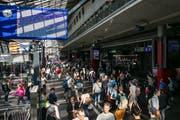 Pendler beim Bahnhof Luzern: Die Pläne der SBB stossen dem Kantonsrat sauer auf. (Bild: Philipp Schmidli)