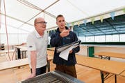 Der Aufbau ist im vollen Gang: Jürg Kocherhans (links) im Gespräch mit Thomas Krois, der das Ressort «Fest» hat. (Bild: Donato Caspari)