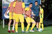 Kriens-Topstürmer Saleh Chihadeh im Training, beobachtet von Trainer Bruno Berner. (Bild: Philipp Schmidli (Emmenbrücke, 19. Juni 2018))