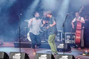 Ivica Petrušić (barfuss) und Hafid Derbal singen und tanzen zur Musik von Šuma Čovjek. (Bild: PD)