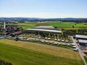 Auf einer Wiese von Ulrich Kesselring stehen derzeit rund 30 Camper. Links ist der Hof von Kesselring, rechts das Grundstück von Bruno Straub. Er ärgert sich über die Situation mit den Fahrenden. (Bild: Donato Caspari)