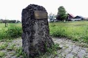Der Gedenkstein aus Nagelfluh steht oberhalb vom Bann an der Stelle, wo die rund 100 polnischen Internierten im Jahre 1943 zwei Hektaren Wald rodeten, damit Kartoffeln angebaut werden konnten.