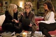 Lou (Cate Blanchett, links) und Debbie Ocean (Sandra Bullock, rechts) erklären der leicht verrückten Modedesignerin Rose (Helena Bonham Carter), was zu tun ist. (Bild: Warner Bros.)