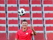 Goalgetter Robert Lewandowski macht sich im Vorfeld seiner ersten WM-Teilnahme mit dem Spielgerät bekannt (Bild: KEYSTONE/AP/HASSAN AMMAR)