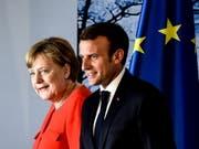Angela Merkel und Emmanuel Macron am Dienstag nach ihrer Medienkonferenz in Meseberg. (Bild: Keystone/EPA/FILIP SINGER)