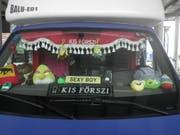 Die Dekoration im Innenraum des Lieferwagens musste weg. Erst dann durfte der Mann aus Ungarn weiterfahren. (Bild: Kantonspolizei Uri, Erstfeld, 15. Juni 2018)
