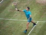 Roger Federer zeigt sich auch beim Turnierauftakt in Halle stilsicher (Bild: KEYSTONE/AP dpa/MARIJAN MURAT)