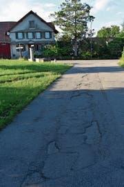 Die von der Gemeinde übernommene Kantonsstrasse hat Sanierungsbedarf. (Bild: Thomas Güntert)