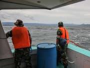 Helfer halten Ausschau nach den mindestens 128 vermissten Passagieren einer untergegangenen Fähre auf Sumatra. (Bild: KEYSTONE/EPA/DEDI SINUAJI)