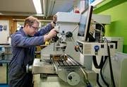 Thomas Flecklin bedient die Fräsmaschine in der Werkstatt der Stiftung Weidli.