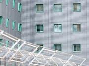 Die Bewegungsfreiheit in der ausländerrechtlichen Administrativhaft in der Schweiz ist «grundrechtlich unhaltbar». Das schreibt die Nationale Kommission zur Verhütung von Folter (NKVF) in ihrem neusten Tätigkeitsbericht. (Bild: KEYSTONE/CHRISTIAN BEUTLER)