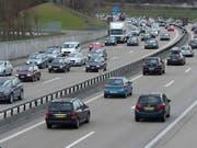 Die Zahl der Neulenker von Personenwagen ist in der Schweiz 2017 um ein Prozent gesunken. (Bild: KEYSTONE/MARCEL BIERI)