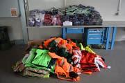 Bei der Kontrolle eines bosnischen Kleinbusses konnten Grenzwächter mutmassliches Diebesgut in Form von Sport- und Arbeitskleidern im Wert von über 10'000 Franken beschlagnahmen. (Bild: pd)