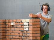 95 Prozent der über 25-Jährigen sollen einen Berufsabschluss oder eine Matura haben. Ein Maurerlehrling an einem Westschweizer Wettbewerb in Lausanne. (Bild: KEYSTONE/JEAN-CHRISTOPHE BOTT)