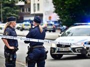Absperrungen rund um den Tatort in Malmö, wo bei einer Schiesserei drei Personen getötet wurden. (Bild: KEYSTONE/AP TT NYHETSBYRÃ...N/JOHAN NILSSON)
