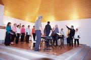 Intensiven Schlussapplaus von allen Seiten gab es für den Chor und das Trio Item. (Bild: Peter Küpfer)
