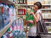 Schweizer Konsumentinnen und Konsumenten greifen weiterhin zu. (Bild: KEYSTONE/CHRISTOF SCHUERPF)