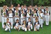 Die Mitglieder der Nationalturnerriege Bürglen zeigen ihre Auszeichnungen und Medaillen. (Bild: PD)