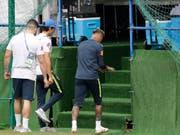 Neymar wird während Brasiliens Training vorzeitig in die Kabine begleitet (Bild: KEYSTONE/AP/ANDRE PENNER)