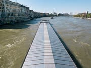 Von Gefahrguttransporten auf dem Rhein in Basel geht ein «nicht akzeptables Umweltrisiko» aus. Schiene und Strasse sind aber keine Alternative. (Bild: KEYSTONE/CHRISTIAN BEUTLER)