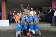 FC-Wil-Rückkehrer Silvio (hinten, Mitte) hat als Trainer dieser 5.-Klasse-Mädchen-Mannschaft von Niederhelfenschwil den nationalen CS-Cup in Basel gewonnen. (Bild: Vroni Krucker)