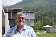 Alex Christen vor der Stiftung Behindertenbetriebe Uri, die er 22 Jahre als Geschäftsführer geleitet hat. (Bild: Markus Zwyssig (Schattdorf, 18. Juni 2018))