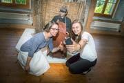 Die Studentinnen Anna Weber und Jasmine Aerni machen ein Selfie mit dem Fischer. (Bild: Andrea Stalder)