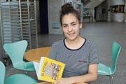 Im Foyer des Kantineubaus: Lorena Flüggen mit ihrer Maturarbeit in Buchform. (Bild: Hugo Berger)