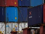 Der Handelsstreit zwischen China und den USA dürfte sich mittelfristig auch auf den Welthandel negativ auswirken. (Bild: KEYSTONE/AP/ANDY WONG)