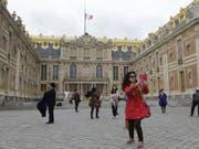 Touristen, die am Dienstag Schloss Versailles auf dem Einkaufszettel hatten, mussten wegen Streiks unverrichteter Dinge wieder abziehen. Auch zahlreiche andere Kulturinstitutionen in und um Paris waren vom Ausstand betroffen. (Bild: Keystone/AP/AMR NABIL)