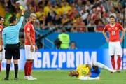 Haben nur ein müdes Lächeln für Neymar (am Boden) übrig: Valon Beharmi (im Vordergrund), Blerim Dzemaili (links) und Fabian Schär (rechts).