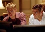Brad Pitt (links) und George Clooney in einer Szene des Films« Ocean's Eleven». (Bild: KEYSTONE/AP Photo/Warner Bros)