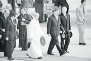 Papst Paul VI. schreitet mit Bundespräsident Ludwig von Moos in Genf über den roten Teppich. (Bild: Str/Photopress-Archiv (10. Juni 1969))