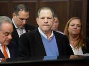 Neue Vorwürfe gegen Ex-Hollywoodmogul Harvey Weinstein: Drei weitere Frauen reichten eine Sammelklage wegen sexueller Übergriffe ein. (Bild: KEYSTONE/AP Pool New York Post/STEVEN HIRSCH)
