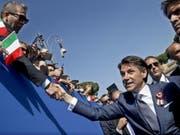 Ministerpräsident Giuseppe Conte lässt sich in Rom feiern. (Bild: KEYSTONE/EPA ANSA/FABIO FRUSTACI)