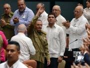 Geplante Verfassungsreform: Ex-Staatschef Raúl Castro (mit erhobener Hand) soll den 33-köpfigen Ausschuss. (Bild: Keystone/EPA ACN/EFE/MARCELINO VÁZQUEZ)