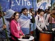 Zehntausende protestierten in der Hauptstadt Buenos Aires gegen die Sparmassnahmen und Kreditverhandlungen mit dem Internationalen Währungsfonds (IWF). (Bild: KEYSTONE/AP/VICTOR R. CAIVANO)