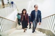 Die St.Galler Regierungsräte Heidi Hanselmann und Marc Mächler besichtigen den neuen Bettentrakt am Spital Wattwil. (Bild: Ralph Ribi (Wattwil, 2. Juni 2018))