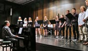 Unter der Leitung von Karl Hardegger sangen die Kanti-Singers moderne Hits und Evergreens. (Bild: Max Pflüger)