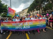 Der farbenfrohe Umzug der Gay Pride an der Seepromenade in Lugano. (Bild: Keystone/KEYSTONE/TI-PRESS/PABLO GIANINAZZI)